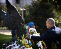 снимка 1 Президентът и министърът на отбраната отдадоха почит към военните парашутисти