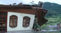 Ураган отнесе покривите на две къщи в Смолян