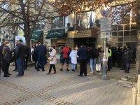 Протест пред Здравното министерство срещу носенето на маски на открито