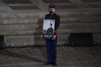 Франция почeтe убития учител по история (Снимки)