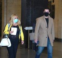 снимка 3 Обвиняемият за убийството в Борисовата градина Йоан Матев пристигна в съдебната зала с майка си