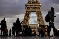 Френската полиция евакуира района на Триумфалната арка