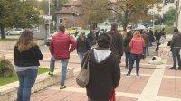 Опашка от чакащи за направления за безплатни PCR тестове в Благоевград