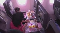 Любители на летенето се събраха на вечеря в ресторант в приземен самолет