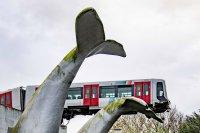 Статуя на кит спаси метро-влак от падане в Ротердам