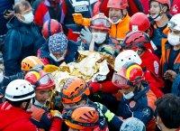 След 65 часа под развалините в Измир: Спасиха 3-годишно момиченце