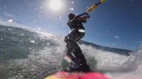 Екстремни усещания: Френската сърфистка Жюстин Дюпон се носи по вълните