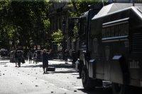 снимка 5 Погребаха Марадона. Фенове предизвикаха безредици в Буенос Айрес (Снимки)
