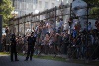 снимка 4 Погребаха Марадона. Фенове предизвикаха безредици в Буенос Айрес (Снимки)