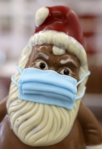 снимка 8 Шоколадов Дядо Коледа с маска - хит в Германия (СНИМКИ)