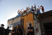 снимка 2 Погребаха Марадона. Фенове предизвикаха безредици в Буенос Айрес (Снимки)