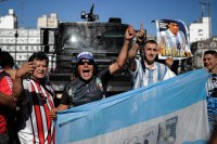 снимка 3 Погребаха Марадона. Фенове предизвикаха безредици в Буенос Айрес (Снимки)