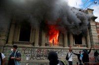 снимка 4 Протестиращи срещу бюджета в Гватемала подпалиха част от сградата на парламента
