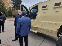 Премиерът Борисов инспектира завод за военни коли край Самоков