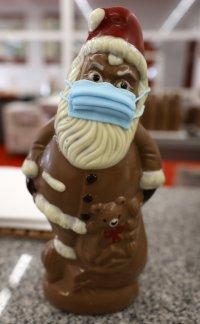 снимка 7 Шоколадов Дядо Коледа с маска - хит в Германия (СНИМКИ)