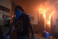 снимка 2 Протестиращи срещу бюджета в Гватемала подпалиха част от сградата на парламента