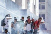Погребаха Марадона. Фенове предизвикаха безредици в Буенос Айрес (Снимки)