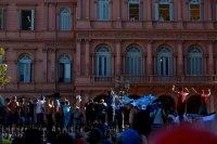 снимка 6 Погребаха Марадона. Фенове предизвикаха безредици в Буенос Айрес (Снимки)
