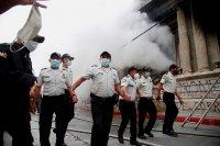 снимка 1 Протестиращи срещу бюджета в Гватемала подпалиха част от сградата на парламента