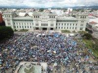 снимка 3 Протестиращи срещу бюджета в Гватемала подпалиха част от сградата на парламента