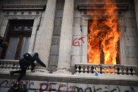 Протестиращи срещу бюджета в Гватемала подпалиха част от сградата на парламента