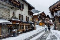 В Швейцария курортите остават отворени, но забраняват пеенето извън вкъщи