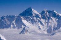 Ново измерване на Еверест добавя близо метър към височината му