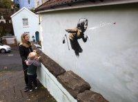 """снимка 1 Банкси с """"кихащ"""" графит от фасада на къща в Бристол"""