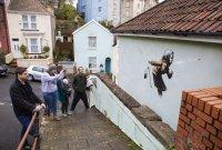 """снимка 3 Банкси с """"кихащ"""" графит от фасада на къща в Бристол"""