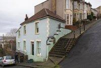 """снимка 4 Банкси с """"кихащ"""" графит от фасада на къща в Бристол"""