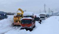 Снежен капан блокира над 1000 коли и камиони в Япония