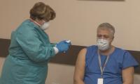"""Проф. Асен Балтов е първият ваксиниран медик в """"Пирогов"""""""