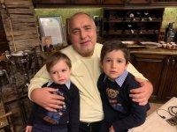 Борисов на Бъдни вечер с внуците си: Няма по-хубаво от времето със семейството!