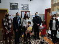 Посолството ни в Скопие дари 130 коледни пакети с лакомства за деца