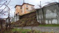 След рухналата подпорна стена в Пороминово: Къщите в района са здрави, хората могат да останат в тях
