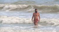 На плаж през декември: Варненци се топнаха в морето преди Нова година