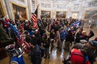 Протестиращи щурмуваха сградата на Конгреса във Вашингтон (СНИМКИ)