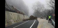 Паднала скална маса затвори пътя към Рилския манастир