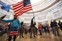 Протестиращи привърженици на Тръмп нахлуха в Капитолия (СНИМКИ)