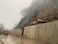 Камъните, паднали на пътя за Рилския манастир, са увредили сериозно пътя