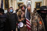Кой е мъжът с рогата от щурма на Капитолия?