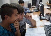 Проучване: Два пъти повече ромски деца завършват училище