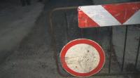Кой и защо асфалтира дупки в дъджовно време?