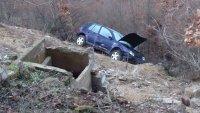 Кола излетя от пътя и падна в дере край Благоевград