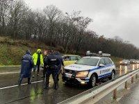 В Бургаско евакуираха жителите на вилно селище, пътища са затворени