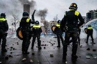 снимка 4 Сълзотворен газ, водни оръдия и над 200 арестувани в Нидерландия (Снимки)