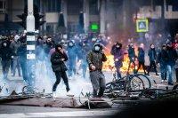 снимка 1 Сълзотворен газ, водни оръдия и над 200 арестувани в Нидерландия (Снимки)