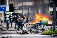 снимка 2 Сълзотворен газ, водни оръдия и над 200 арестувани в Нидерландия (Снимки)