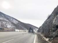 """снимка 4 Все още не е ясно кога ще разчистят пътя край свлачището на АМ """"Струма"""""""