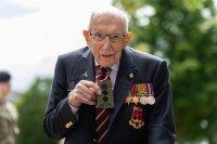 100-годишният ветеран сър Том Мур почина след боледуване от коронавирус